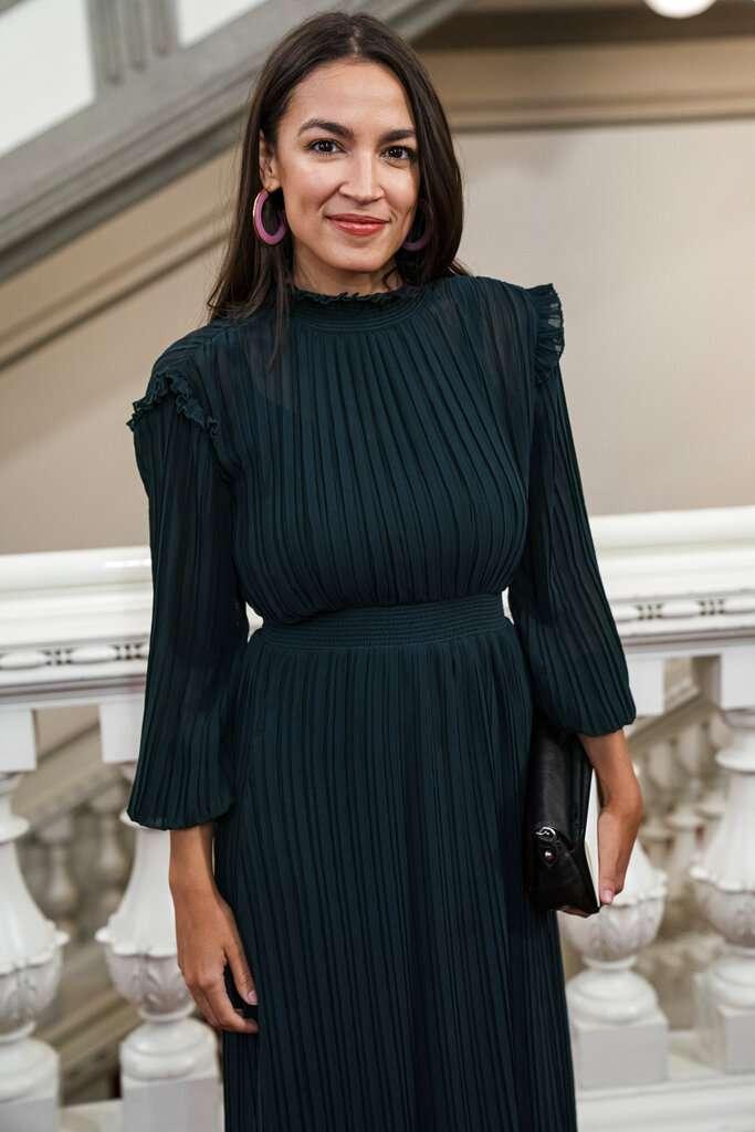 美國民主黨超人氣眾議員奧卡西歐─寇特茲的新髮型引發爭議。(AP)