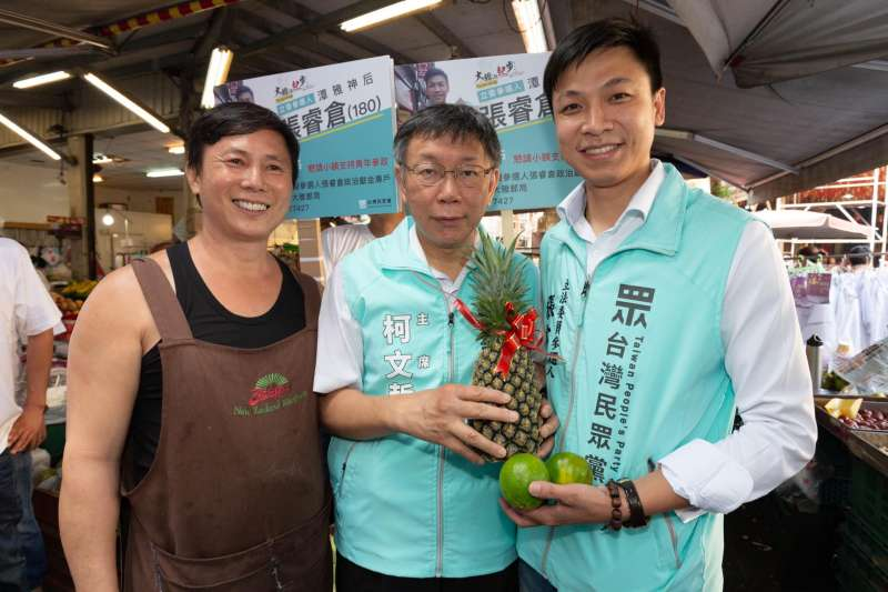 台灣民眾黨主席柯文哲(中)13日到台中第三選區陪同民眾黨立委提名人張睿倉掃街拜票(右)。