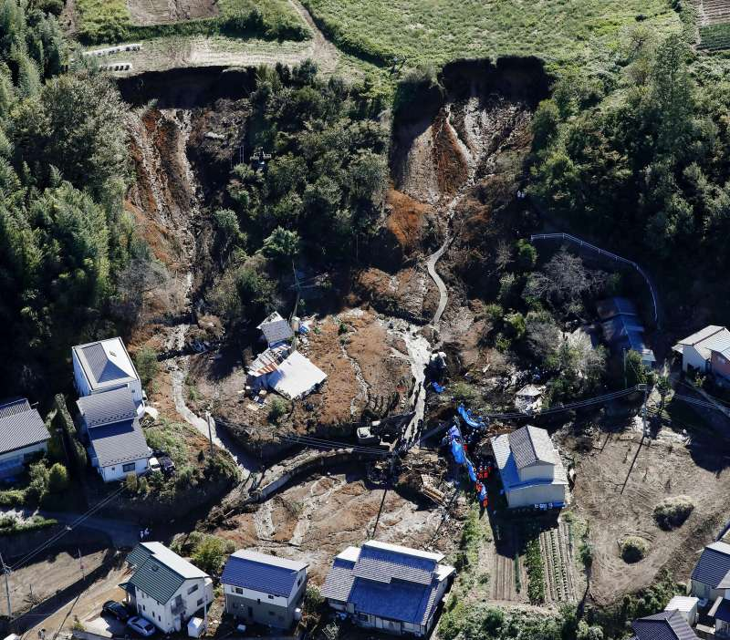 颱風哈吉貝重創日本,福島縣富岡町遭土石流侵襲。(AP)