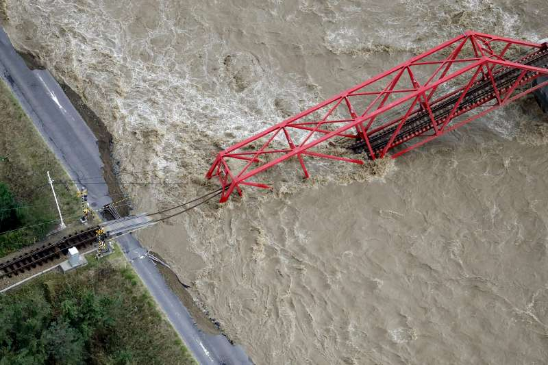 颱風哈吉貝重創日本,大雨導致長野縣信濃川潰堤。(AP)