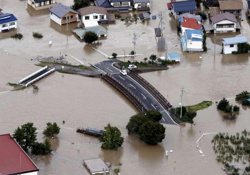 颱風哈吉貝重創日本,長野縣信濃川潰堤。(AP)