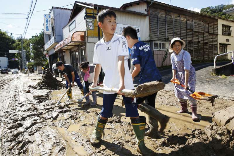 颱風哈吉貝重創日本,宮城縣居民展開救災行動。(AP)