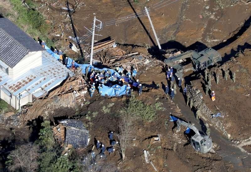 颱風哈吉貝重創日本,福島縣富岡町遭土石流侵襲,救援隊展開救災行動。(AP)