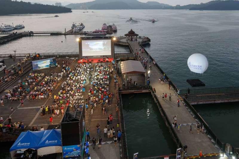 在國慶連假中,全球最大的8K戶外放映會舉辦在日月潭,吸引上千民眾參加(圖 / 台達Delta粉絲團)