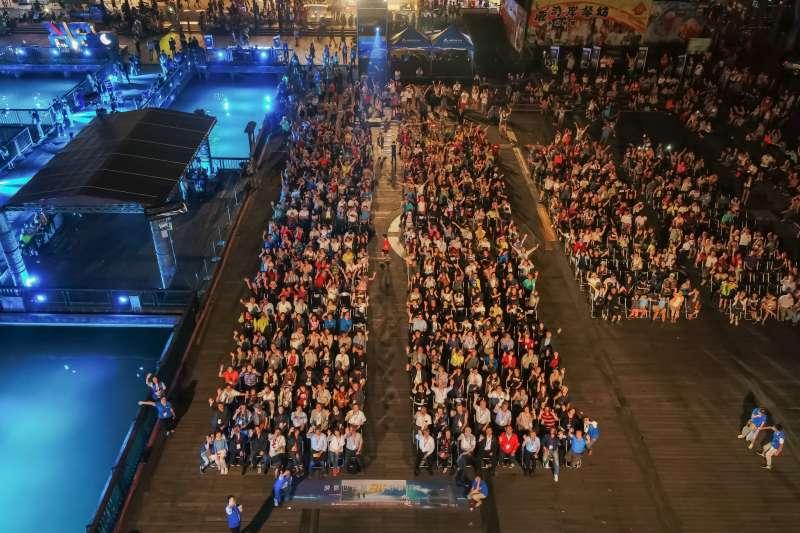 於伊達邵碼頭舉辦的公益放映會,在開放空間下吸引上千民眾觀賞、座無虛席(圖 / 台達Delta粉絲團)