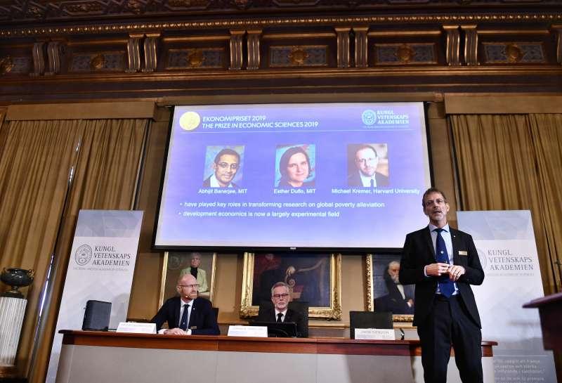 (由左至右)2019年諾貝爾經濟學獎得主:班納吉(Abhijit Banerjee)、杜芙若(Esther Duflo)與克雷姆(Michael Kreme)。(AP)