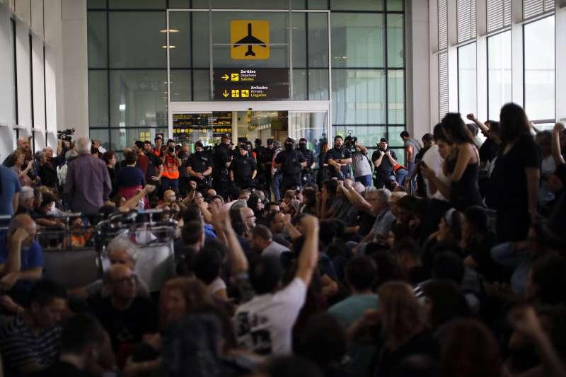 9位加泰隆尼亞獨立運動領袖遭西班牙最高法院重判9至13年徒刑,抗議民眾與警察在機場對峙。(AP)