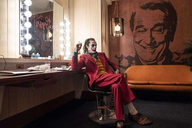 相信在電影上映後,Joaquin Phoenix 略帶悲情又詭譎的獨特小丑氣質,能再創小丑這個角色的影史新指標。(圖/imdb)