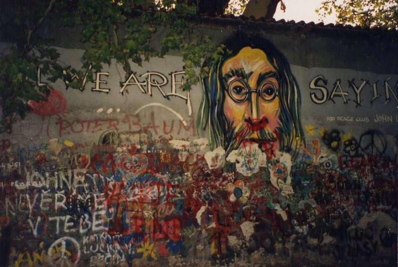 布拉格藍儂牆一隅,牆上畫有約翰·藍儂的頭像,以及他創作的歌曲《Give Peace a Chance》的歌詞「All we are saying is give peace a chance.」(攝於1993年,維維基百科)