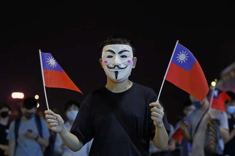 香港「反送中」示威場合中,有抗爭者手舉中華民國國旗。(AP)