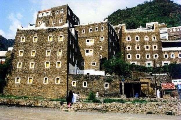 山谷中小村莊裏的城堡建築。(BBC中文網)