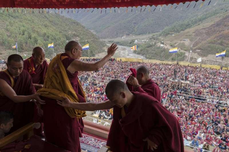 2017年,西藏精神領袖達賴喇嘛在印度演說,與台下數千名流亡藏人揮手致意。(AP)