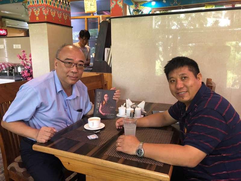 西藏人民議會洛桑札巴議員(右)。(蘇嘉宏攝)