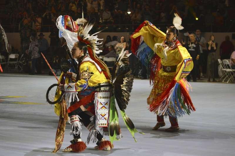 美國原住民在新墨西哥州阿爾伯克基表演傳統舞蹈。(美聯社)