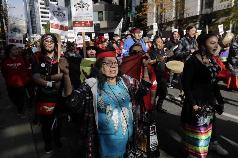 西雅圖(Seattle)群眾在原住民日上街遊行。(美聯社)