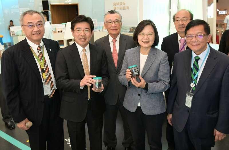 工研院展出「木質纖維素解聚產醣技術」,已攜手全宇生技將在馬來西亞建立噸級產醣先導廠,讓蔡總統印象深刻。(圖/工研院提供)