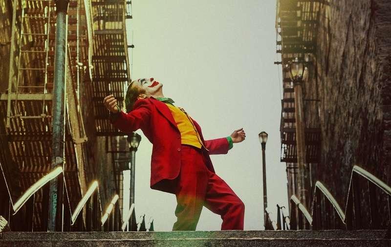 導演Todd Phillips曾表示,《小丑》是一部著重在角色研究(character study)的作品,從劇情編排、背景設定到美術設計,也完整呈現出,屬於Arthur Fleck這個角色,悲喜交織、虛實交錯的人生境遇。(圖/DC FILM SCHOOL