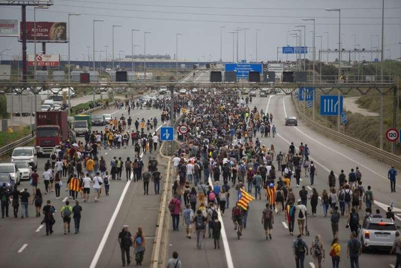 加泰隆尼亞示威:抗爭群眾擠滿巴塞隆納國際機場的聯外道路(AP)