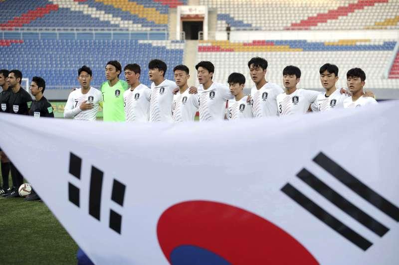 2019年10月15日,南韓與北韓在平壤對戰世界盃資格賽,圖為南韓球隊升起國旗並聆聽國歌。(AP)