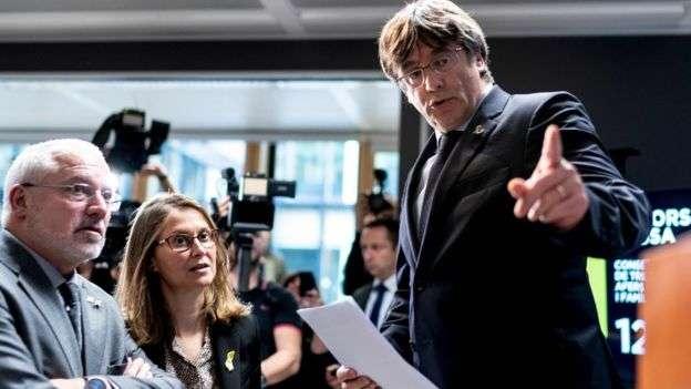 流亡在比利時的加泰隆尼亞自治區前主席普吉德蒙(Carles Puigdemont)舉行記者會,批評判決「違反人性」。(BBC中文網)