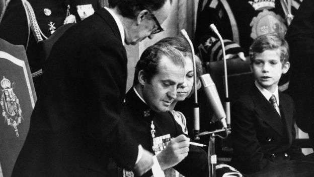 1978年,西班牙首都馬德里,國王卡洛斯一世簽署西班牙憲法,宣告西班牙是一個法制社會和民主的國家,維護自由、正義、平等和政治多元化為其法律秩序的最高價值 。(BBC中文網)