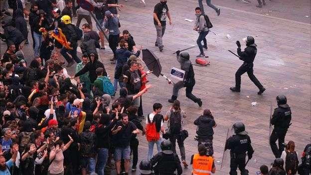 加泰隆尼亞首府巴塞隆納街頭,民眾不滿西班牙法庭對主張獨立領袖人物們的判刑,走上街頭抗議與警察衝突。(BBC中文網)