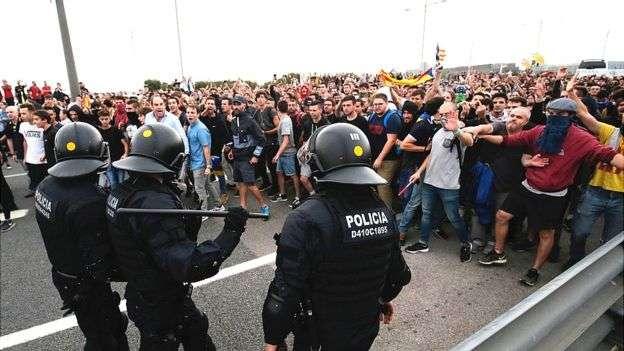 在巴塞隆納通往國際機場的高速公路上,數以千計的民眾封路抗議西班牙最高法庭的判決。(BBC中文網)
