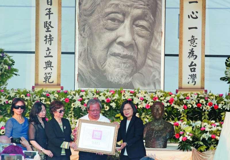 總統蔡英文(右一)前往告別式,代表體制禮讚體制外的史明。(郭晉瑋攝)