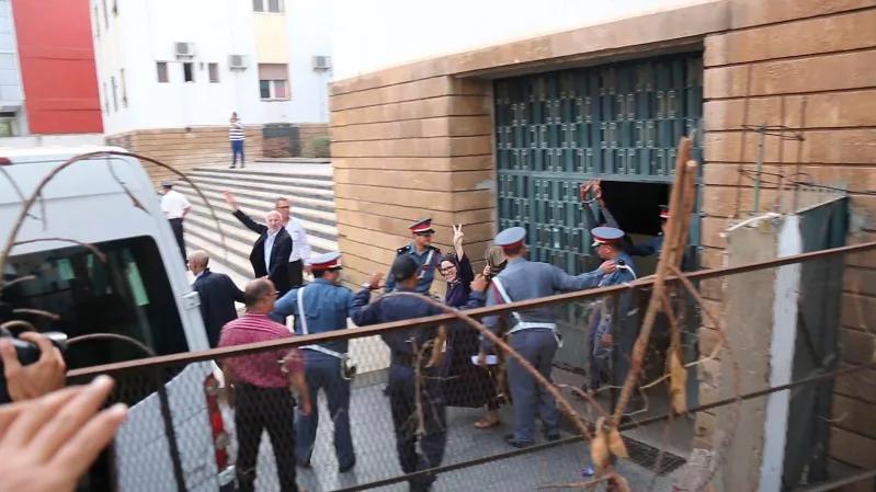 9月30日,賴索烏尼離開法院時,向家人與支持者揮手(美聯社)