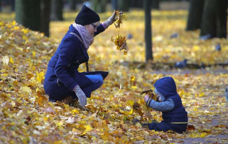 俄國聖彼得堡一對母子在公園嬉戲。兒童、幼兒、孩子、母親、媽媽、親子。(美聯社)