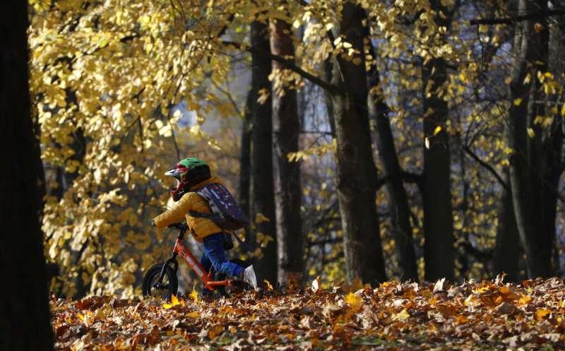 白羅斯(舊稱白俄羅斯)明斯克的小朋友在公園奔跑、兒童、幼兒、孩子。(美聯社)