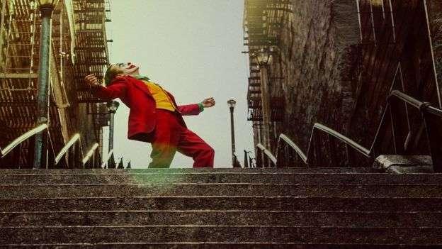 《小丑》講述的是蝙蝠俠死對頭的身世故事。(BBC中文)