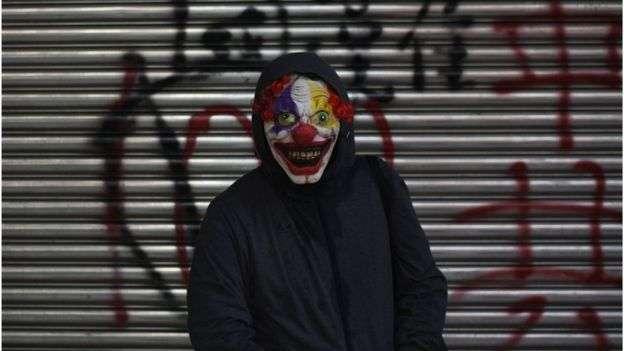 香港抗議中,有零星示威者帶上小丑面具。(BBC中文)