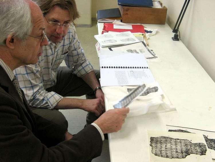 英國牛津大學教授歐賓克(後者)遭控竊取埃及探索協會擁有的古聖經碎片,賣給美國的格林家族(美聯社)