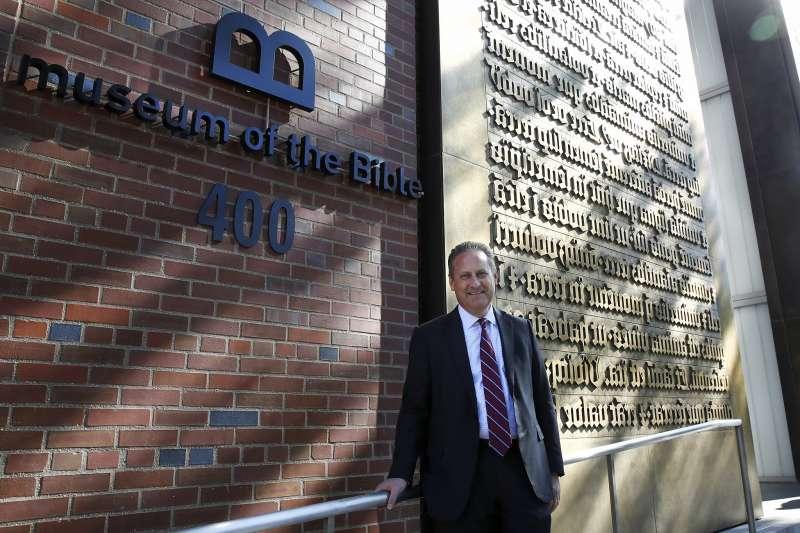美國「好必來」公司老闆史帝夫.格林(Steve Green)站在他創建的聖經博物館前(美聯社)