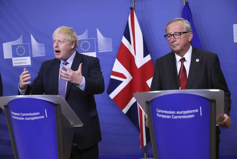 英國首相強森(左)與歐盟執委會主席容克(右)召開聯合記者會。(AP)