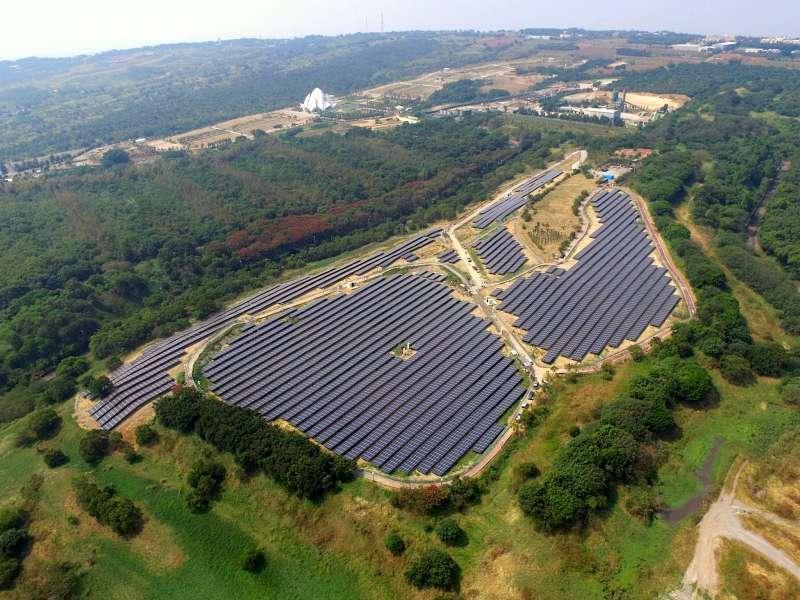 20191017-雲豹能源與貝萊德合作案中,包含台中文山掩埋場地面型太陽光電系統,裝置量為6.19MW,為國內有效活化閒置土地、開發綠能的成功案例。(取自雲豹能源官網)