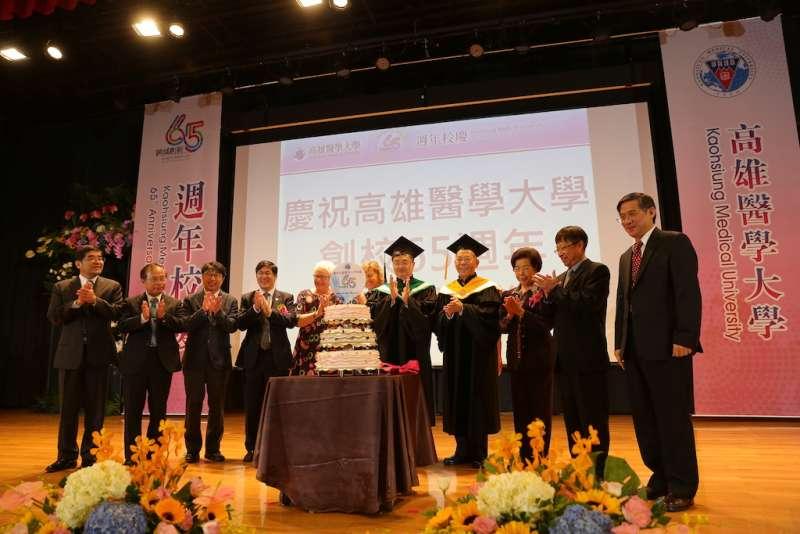高醫大準備了三層大蛋糕為學校65週年慶生。(圖/徐炳文攝)