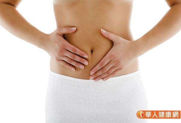 建議按壓肚臍周圍穴位,有助改善消化機能。(圖/華人健康網)