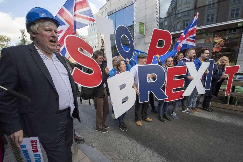 反對英國脫歐的抗議民眾。(AP)