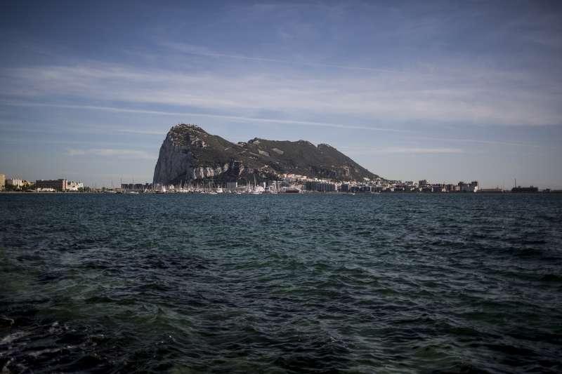 英國海外領地直布羅陀與西班牙接壤,擔憂脫歐後也會出現「邊境問題」。圖為知名地標「直布羅陀巨岩」。(AP)
