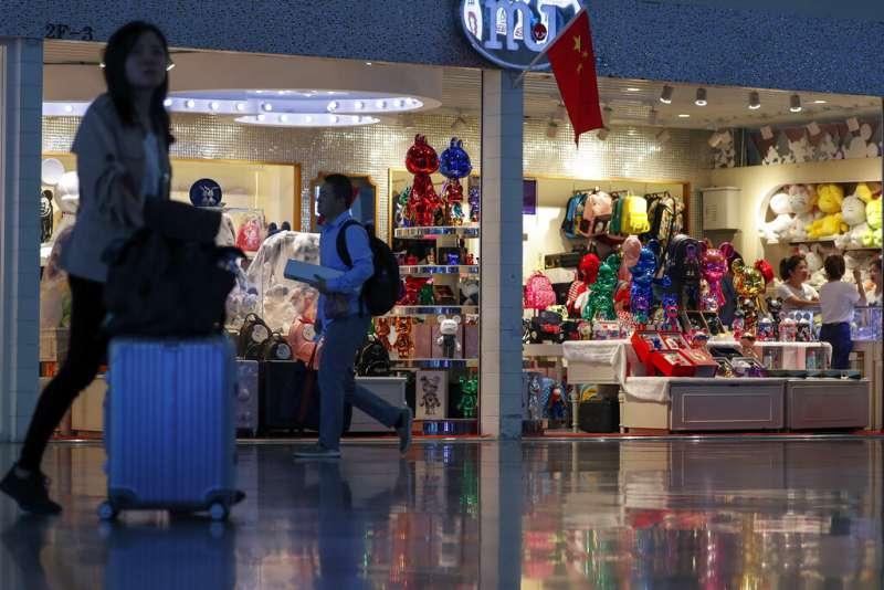 耶誕購物季將至,中國進口商品是否被課徵更多關稅,成為各界對中美貿易戰的關注焦點。(美聯社)