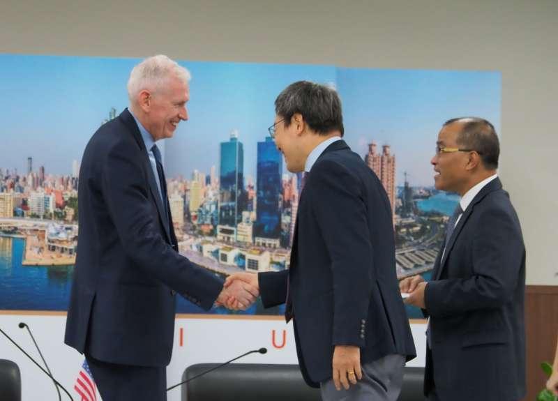 美國在台協會(AIT)主席莫健17日上午到高雄市政府拜會高雄市長韓國瑜,副市長葉匡時(右一)和前國安會祕書長蘇起(右二)陪同。(新新聞林瑞慶攝)