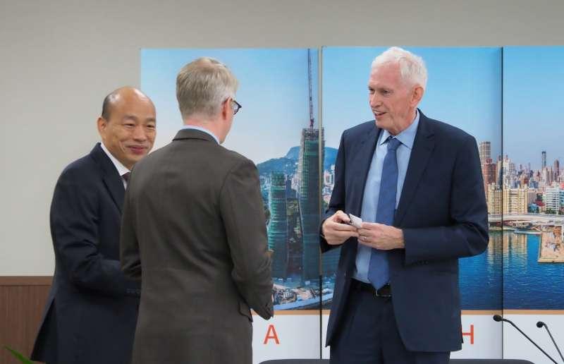 美國在台協會(AIT)主席莫健(右一)17日上午到高雄市政府拜會,已請假的高雄市長韓國瑜特地趕回。(新新聞林瑞慶攝).JPG