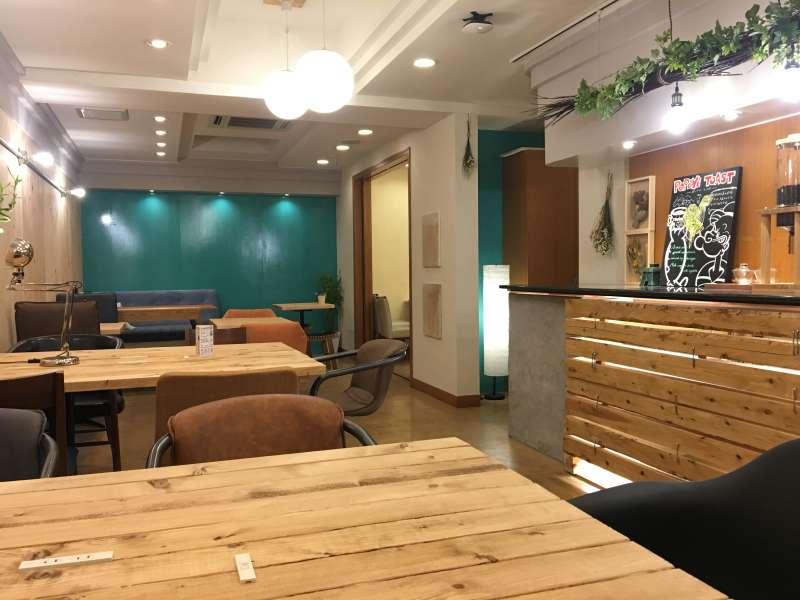 店內的座位寬敞,不論是插座、網路,TSUMUGU CAFE都提供了免費使用。(圖/陳毅龍攝)