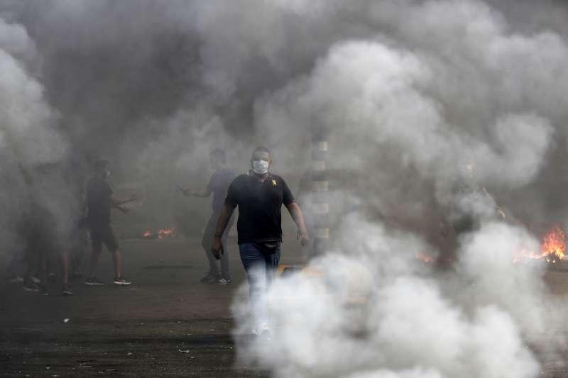 黎巴嫩經濟嚴重衰退,政府原本計劃加徵「網路通話稅」,民眾憤而上街示威要求政府下台。(AP)