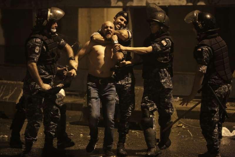 黎巴嫩經濟嚴重衰退,政府還試圖加徵「網路通話稅」,民眾憤而上街示威要求政府下台。(AP)