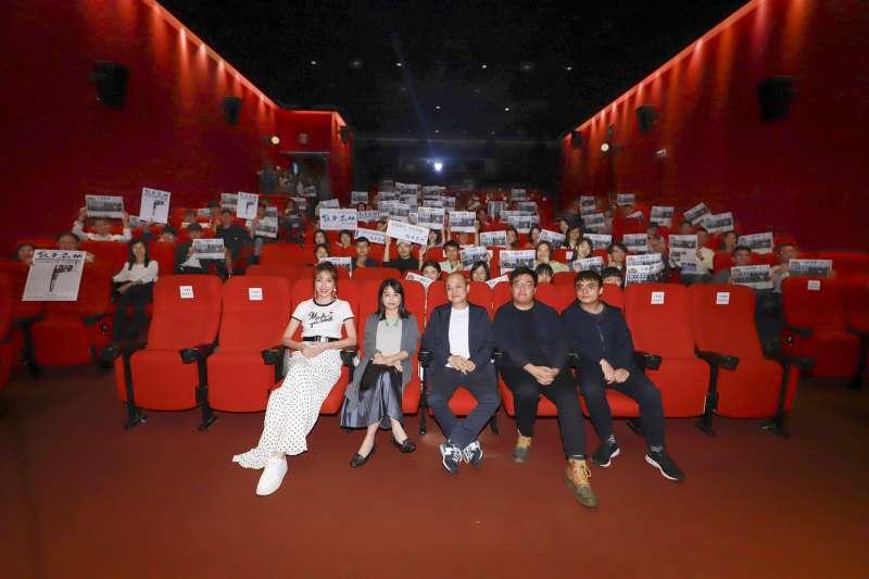 《鏡子森林》首場特映會邀請百位媒體人一同觀影。第一排左起為女主角楊謹華、編劇鄭心媚、導演鄭文堂。(民視提供)