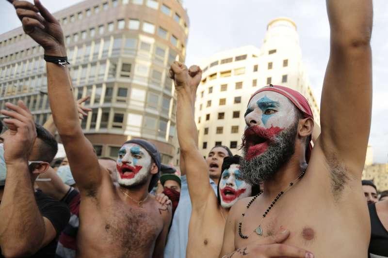 2019年10月,黎巴嫩經濟嚴重衰退,政府還試圖加徵「網路通話稅」,民眾憤而上街示威要求政府下台。(AP)