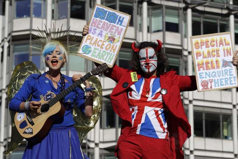 2019年10月19日,英國脫歐進程關鍵時刻,下議院表決首相強森的新版《退出協議》,反對脫歐民眾在倫敦舉行大規模集會(AP)